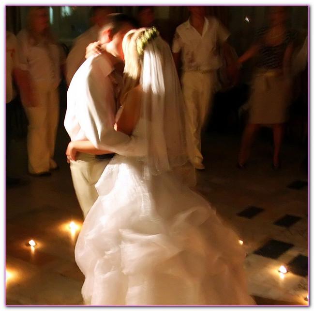 Фото сайта Серпантин идей. https://serpantinidey.ru/Сценарий свадьбы в европейском стиле, танец молодых