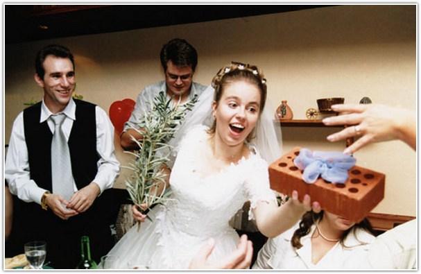 Оригинальное вручение подарков на свадьбу